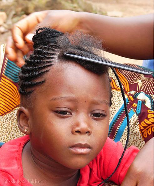 Orice localnică vrea să fie chic pentru soţul ei căci, se ştie, concurenţa e acerbă. (Ghana. Episodul II)