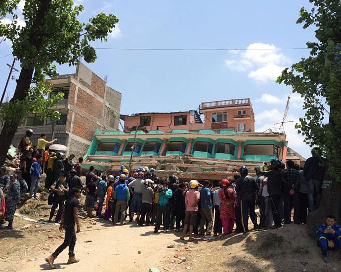 Nepalul e praf.  și are nevoie de ajutor. Jurnal Anca + Mihai. Kathmandu.