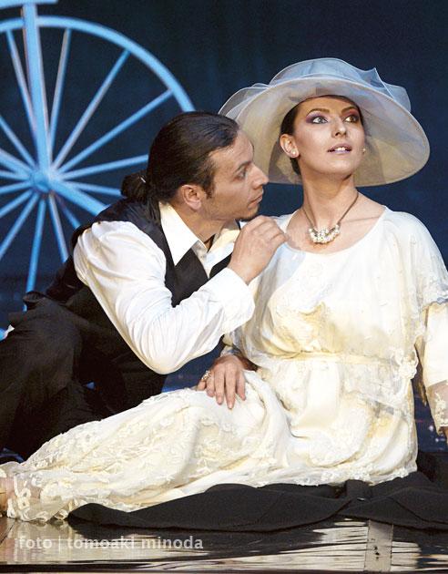 Royal Fashion - lansare de carte, astăzi, 24.03.2011, ora 12, Teatrul Național de Operetă Ion Dacian